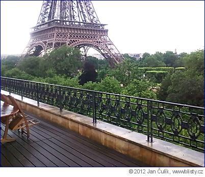 Pohled  z terasy českého velvyslanectví v avenue Charles Floquet v Paříži